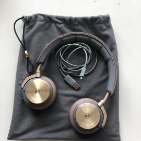 H8 høretelefoner... meget velholdt...en lille rids i guldet på den ene Øredut...ellers ingen tegn på slid... trådløse.. opladerstik medfølger og dustbag ...farven er limited edition og er udgået så derfor svær at få fat i...