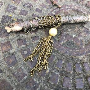 Elegant, antikgyldent vedhæng med stor perle og 'kvast' af kæde med åbne led. Perlen er ca. 1,7 mm i diameter.  Farven på metallet er antikguld / anløbent messing, og perlen er perlemorhvid (ikke så gul som på billederne)  Til taske, halskæde, eller...?  Jeg får den desværre ikke brugt længere, så nu skal den ud i verden .... og vedhænget sælges derfor for kun 20 kr. + evt. porto.  Kan afhentes på Frederiksberg.