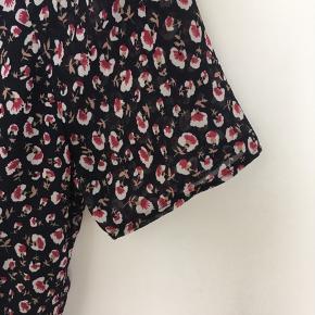 rigtig flot kjole. Aldrig brugt og stadig med tag. Kjolen er syet om fra lange til korte ærmer og der er indsat en elastik i taljen. Elastikken kan let fjernes.  Kjolen sælges da jeg desværre ikke har fået den brugt.