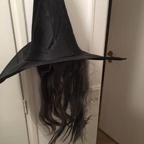 Halloween eller fastelavn udklædning ca str 8-10 år. Heksehat med hår. Brugt enkelte gange, fin stand.
