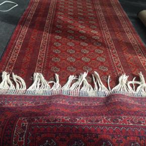 Flot ægte afghanske tæppe 86 i breden og 3 meter  i længden brugt ind i mellem og er næsten som nyt... nye pris 7000kr