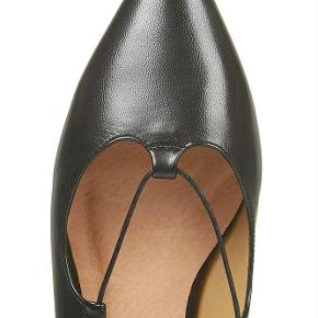Varetype: ægte læder skind sorte sko flats ballerina kingdom ghillie pointed spidse lace up Farve: Sort Oprindelig købspris: 700 kr.  Sælger disse lækre sko fra Topshop. De er kun brugt få gange :-)  De sælges for 100 + porto :-)