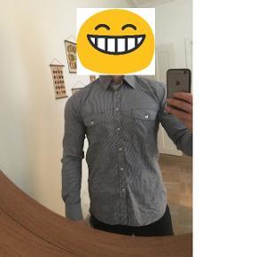 Jack & Jones Premimum - Slim fit.Opløsningen på tradano har svært ved at fange mønsteret i skjorten. Det er blot normale små tern. Nærbilledet viser det bedst.