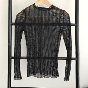 Gennemsigtig mesh bluse fra Neo Noir i størrelse small. Brugt en gang. Uden huller