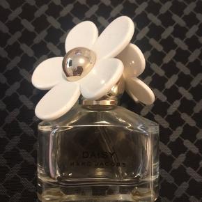 Marc Jacobs Daisy Parfume (50ml)  Ca. 50% fuld (25 ml)  Nypris: 600 Pris: 150 pp