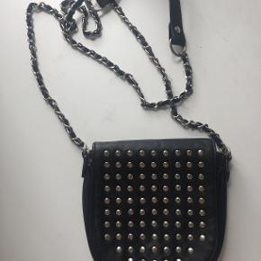 Sort faux lædertaske med nitter fra Pieces. Har en smule tegn på slid på nogle få af nitterne, men er ellers i pæn stand.