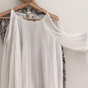 Hvid plisseret bluse / top med kig til skuldre og ryg