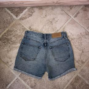 Fede cheap monday shorts.  Der står str. 25 i dem. Men de svarer til hvad jeg vil kalde XS.