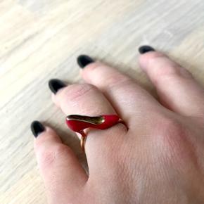 Helt speciel sølvring med belagt guld.  Rød stiletto ring. Til kvinden der elsker sko! 😍 Har den også i sort/med sølv.