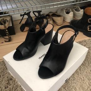 Bianco sko / sandaler med hæl   størrelse: 37   pris: 300 kr   fragt: 40 kr   har en lille ridse på den ene sko foran se billede