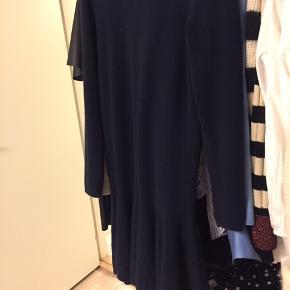 """Sælger min flotte kjole fra Ganni. Kjolen er i den flotteste mørkeblå farve og i det lækreste materiale - 60% Merino uld☺️   Standen på kjolen er som nævnt i annoncen """"god men brugt"""" men vil sige den ingen tegn på slid har og er i rigtig fin stand.   Er åben for bud:)"""