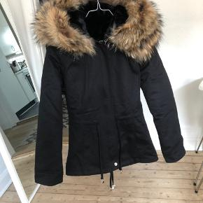 Helt ny jakke, som aldrig er brugt, med den smukkeste ægte pels. Nyprisen er 2000 kr.  Tags: parka melange deluxe vinterjakke for the few parkajakke vinter