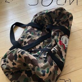 """Lille rejsetaske eller sportstaske i camouflage fra MILK COPENHAGEN.   Fodboldtrøje fra ADIDAS  Kortærmet lysegrå skjorte i """"crepe"""" struktur fra NIFTY  Størrelse og pris på billederne"""