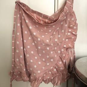 Super flot wrap nederdel fra asos købt sidste sommer, men aldrig brugt. Er desværre blevet for lille. Mp 100 kr