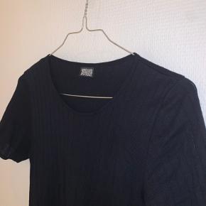 Mørkeblå kjole, jeg aldrig har brugt. Onesize! Måler ca. 98 cm i længden.