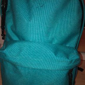 Sælger min turkis farvet taske fra eastpak USA. Np var 500kr. Den har en lille plet foran, som kan ses på billedet😊   Mængderabat gives!