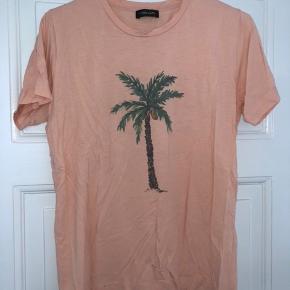 Så fin t-shirt fra Stine Goya. Brugt få gange og er i perfekt stand. 🌸