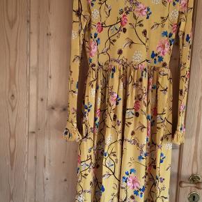 Denne skønne kjole er i str 38/M Den er aldrig brugt.