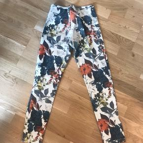 Sælger mine fine blomstret jeans fra Wood Wood. Det er brugt en del, men ingen tegn på slid.  Køber betaler for fragt.