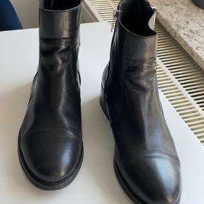 Stilede Billi Bi støvler i glat skind. Fejler intet.