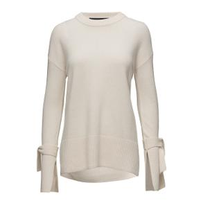 Sød trøje fra designers remix, str. XXS men fitter XS/S alt efter hvordan man ønsker den skal sidde.. Jeg er normalt en XS/S  Ny pris 1500kr.  Sendes med dao på egen regning eller kan hentes i Vissenbjerg