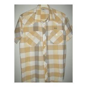 Varetype: Skjorte med kort ærmer Farve: Se Billede Oprindelig købspris: 600 kr.  Skjorte, Wezc, str. S   Bredde 53 cm  Længden 72 cm.  Er som ny  Købspris 600 Kr.  Mobilepay