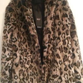 Super fed fake fur jakke sælges helt ny med prismærke. Str L  Nypris 750.-
