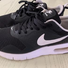 Varetype: Sneakers Størrelse: 37,5 Farve: Sort Oprindelig købspris: 900 kr.  Nike air max tavas