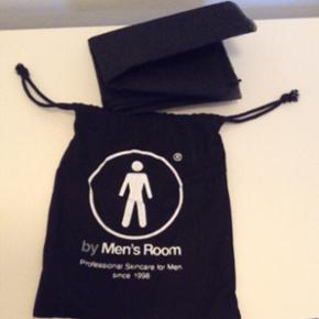 Hygiejniske rygbånd fra 'by Men's Room'. (Men's Room er en skønhedsklinik til mænd i København)- Det kan bruges over hele kroppen til at fjerne døde hudceller.  Tages med i badet og tørrer lynhurtigt efter, så der ikke bliver bakterievækst.  Str.: ca. 30x90 cm.   Aldrig Brugt.  Plus porto.