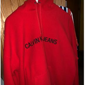 Hættetrøje, Calvin Klein , str. XL, Rød , 50-50. Bomuld polyester, Næsten som ny  Sælger denne fede calvin Klein trøje. Brugt meget få gange