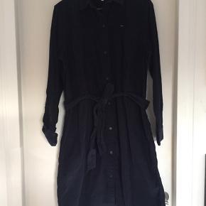 Helt Lee ny skjortekjole i mørkeblå babyfløjl.  Har bindebånd til at give en fin figur. Nypris 799,- køber betaler fragt. Se venligst mine andre annoncer.