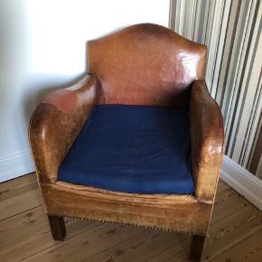 Fin gammel læderlænestol med patina. Er blevet lappet med et mere groft stykke læder. Sælges pga flytning
