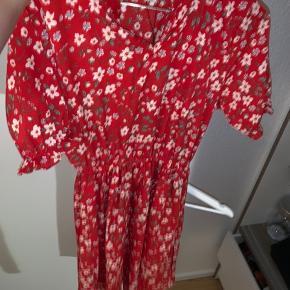 Sælger denne flotte og søde sommerkjole da jeg ikke kan passe den. Kjolen er en str M. Kom med bud eller skriv for flere billeder.
