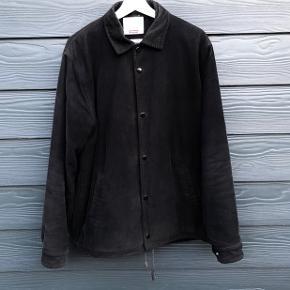 Supreme Corduroy Coaches Jacket fra Fall/Winter 2011 Størrelse Large. Faded. Mål: Pit-2-Pit // 60 cm. Neck to bottom // 75 cm.