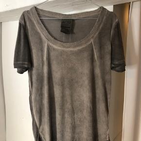 En fed trøje til hverdags brug. Virkelig lækkert blødt stof. Falder pænt på kroppen!🤎