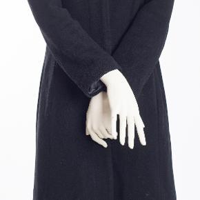 Zoe str 10/M 80% uld 15% mix fibre 5% cashmere Lining: 100% polyester God men brugt 75.-
