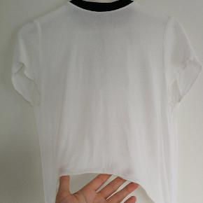 Rigtig fin 'tshirt' med langt slæb på bagsiden.