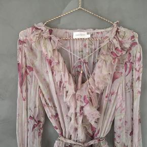 Smuk buksedragt i silke fra Zimmermann med bindebånd i taljen. Brugt få gange og fremstår i perfekt stand.   Str 2 - passer dk str 38.