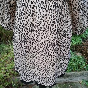 Masai tunika str, M Tunikaen har en sød sort blondekant nederst på skørtet. den har ballon-3/4 ærmer og har en dyb v-udskæring, hvor en sort top eller basis-tshirt vil være fin inden under. BM: 50 cm målt hvor tunikaen er skåret pga. ballonærmer Længde: 75 cm Mat.: Skønnet til viscose/polyester