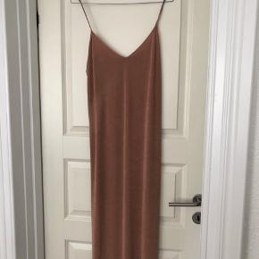 Smuk kjole der sidder til. Piler dog hvor min taske har været (ses på billede 3)  Har justerbare stropper.