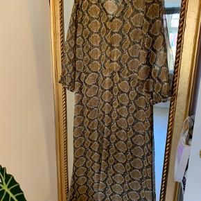 Fin lang kjole fra Saint Tropez. Har oftes brugt den uden på jeans :-)