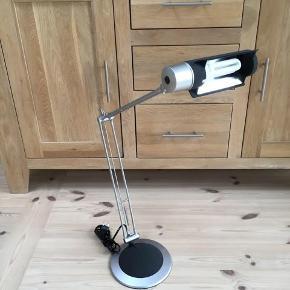 Arkitekt lampe med pære fungerer perfekt og er i flot stand Lampen kan blive 96 cm høj