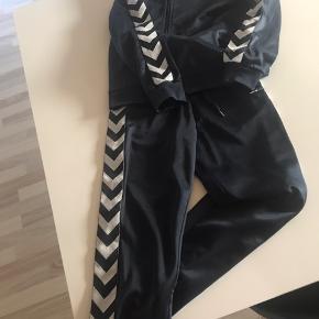 Mørke blå Hummel dragt, meget pæn stand, bukser nærmest ikke brugt, på trøjen er mærket på brystet lidt væk. Men ellers fejler det intet. Sælges samlet 100 kr eller hver for sig til 50 kr pr del.