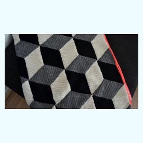 Sælger det lækreste garn til det flotte 'Rombetæppe' i sort, grå og hvid med kant af klar neonkoral. Eller, hvad end du lige står og mangler i lækkert garn. Med garnet følger opskriften på tæppet, som måler 120x180 cm når hæklet færdigt.  Nypris 1100 kr, din pris er 800kr!   Perfekt projekt til det kommende efterår🔥