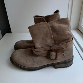 Tamaris vinterstøvler str. 39. Prøvet en gang, så er som nye. Np. 800 kr.