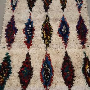 Tæppet er håndlavet og måler 220x105 cm. Tæppet sendes med GLS. Det er ikke muligt at sende med DAO, da tæppet både fylder og vejer for meget.