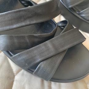 Bløde læder sandaler, der passer en 38 eller 39.   Hverken mærke eller størrelse fremgår, da de er købt på lagersalg.   Se også mine andre annoncer - jeg giver mængderabat ☀️