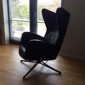 Ældre Sion lænestol med drejefunktion - fra Bolia Designet af Glismand & Rüdiger. Modellen sælges stadig i Bolia, men dette er en ældre version.  Sion er en moderne klassiker, der passer ind i ethvert hjem. Sion er både smuk i sit formstøbte design og anvendelig med både returdrej og vippefunktion. Det betyder, at Sion selv finder tilbage til sin plads. Stolen kan vippe tilbage eller låses i mere oprejst position.  Stolen er meget fin og velholdt, men trænger til lidt smørelse, da den knirker lidt :o)   Nypris hos Bolia: 18.999  Oprindelsesland: Håndlavet i EU Fyld ryg/sæde: Formstøbt koldskum Stof: sort læder Ben: sortlakeret stål  Dybde: 92 cm Siddedybde: 55 cm Bredde: 80 cm Højde: 98 cm Siddehøjde: 43 cm