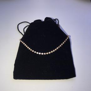 Sælger denne halskæde som 18 karat guldbelagt, og med små sten i🤍  Der er ingen tegn på slid  Måler 37 cm.