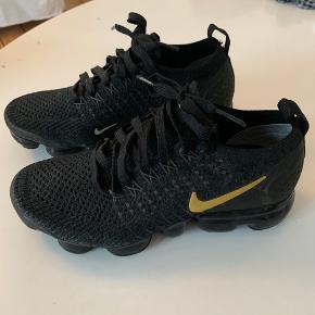 Fede Nike Vapermax sneaks af bæredygtige materialer. Let og fleksibel 👟♻️  Gået med få gange. Får desværre ikke gået med dem.   Kom med et bud ☀️